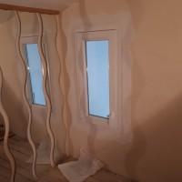 Műanyag ablak beszerelve a galérián a szellőzés miatt