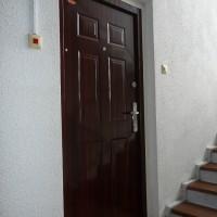 Fényes cseresznye színű HiSec ajtó, szegővel