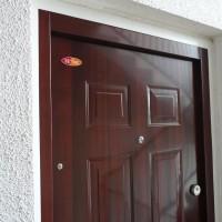 Fényes cseresznye színű HiSec ajtó, fehér szegővel