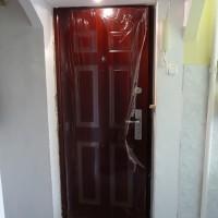Fényes cseresznye színű HiSec ajtó beépítve